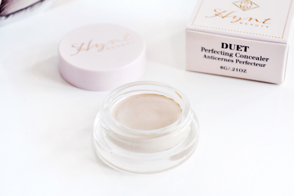 Review and swatches of Hynt Beauty DUET Perfecting Concealer in the shade Light - the best natural full coverage clean beauty concealer.